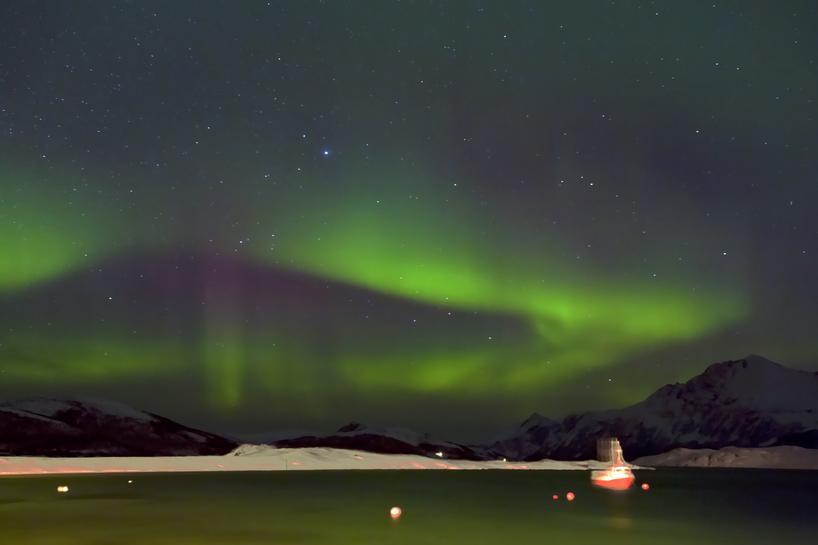 Fischerboote unter Nordlichthimmel