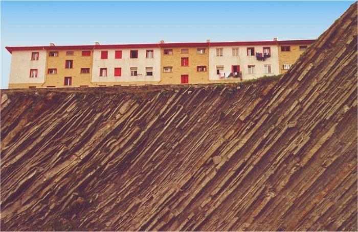Fischerhäuser oberhalb des Hafens von Getaria, Pais Vasco, August 2001