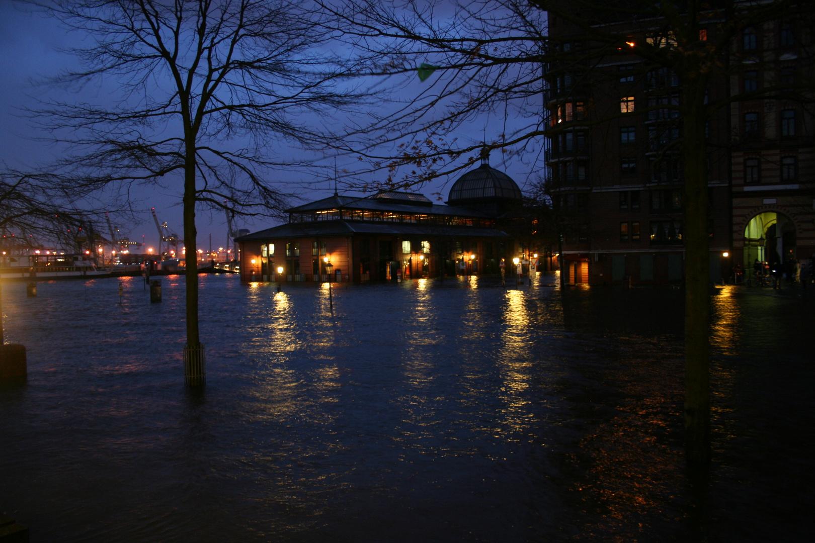 Fischmarkt Hamburg - Land unter vor der Fischauktionshalle