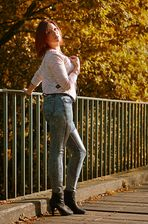 Fitte Schenkel im goldenen Herbstlicht