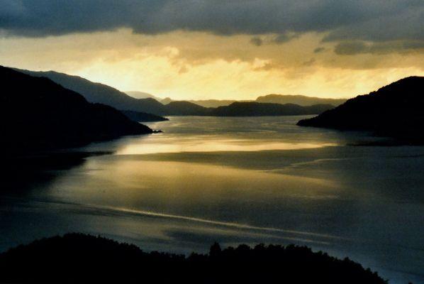 Fjordlandschaft im Abendlicht