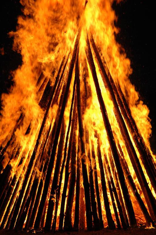 Flammenglut im Sonnwendfeuer