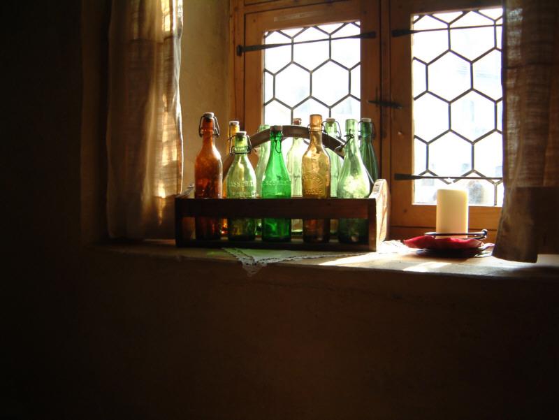 Flaschen vor Fenster
