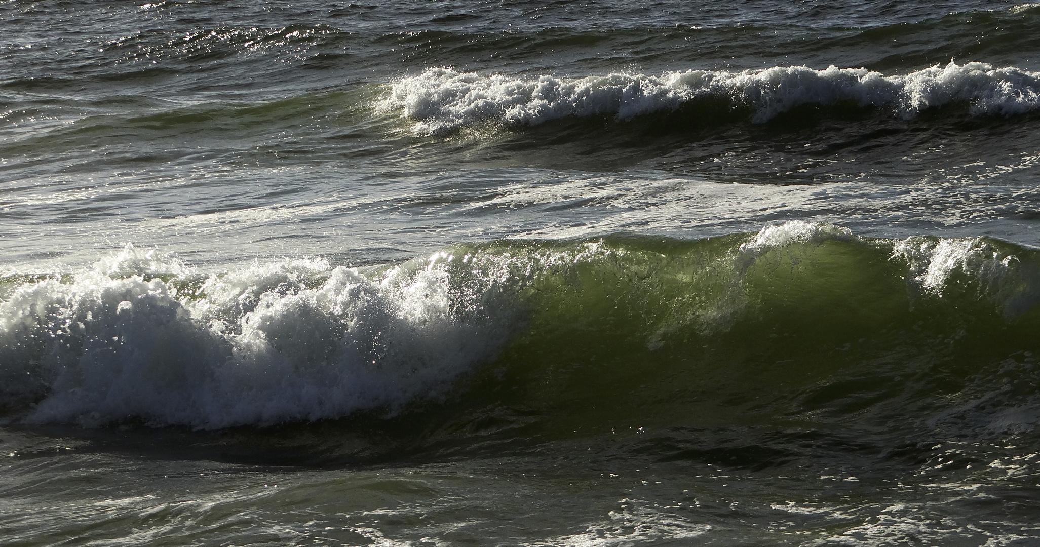 Flaschengrüne Wellen am Strand von Westerland