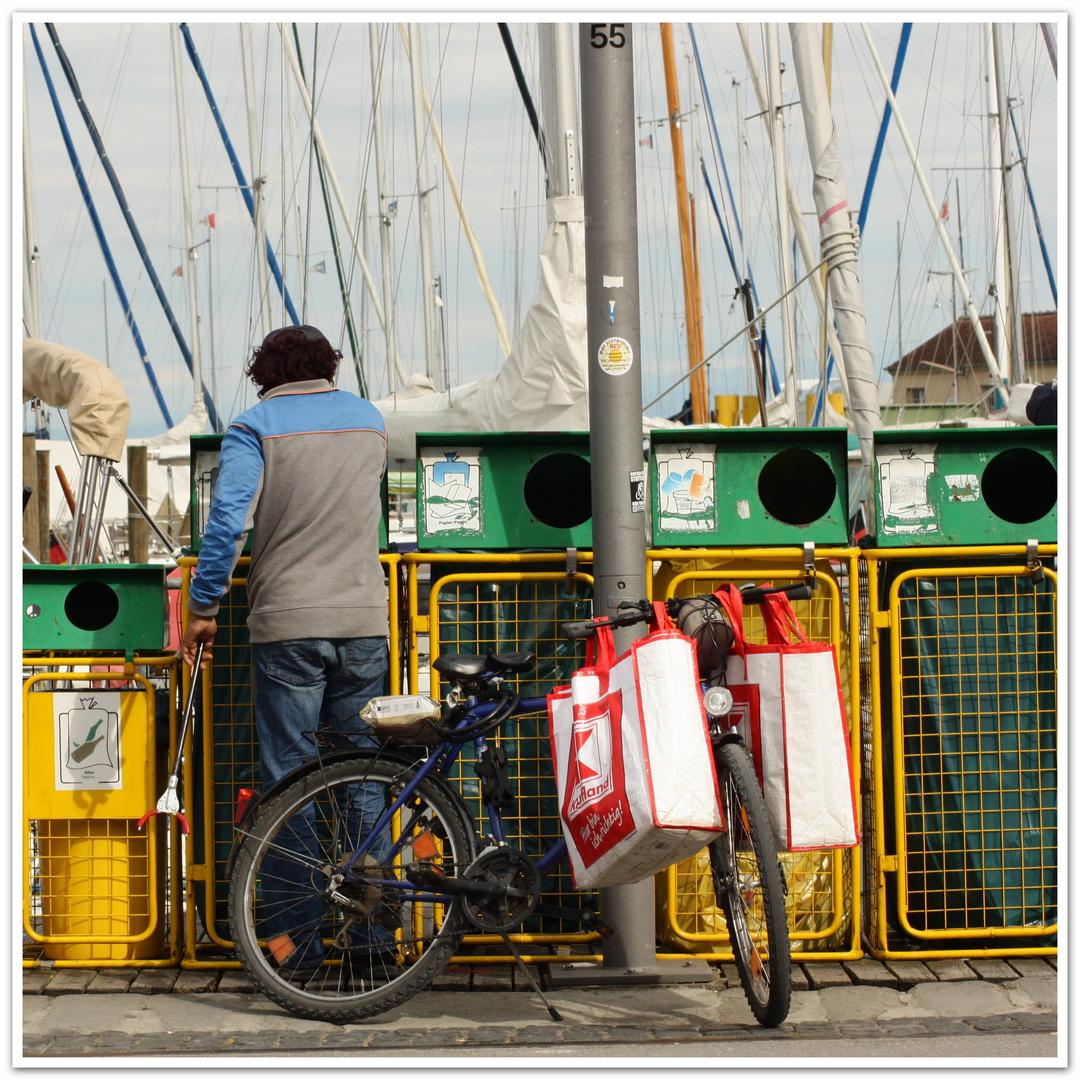 Flaschensammler am Yachthafen
