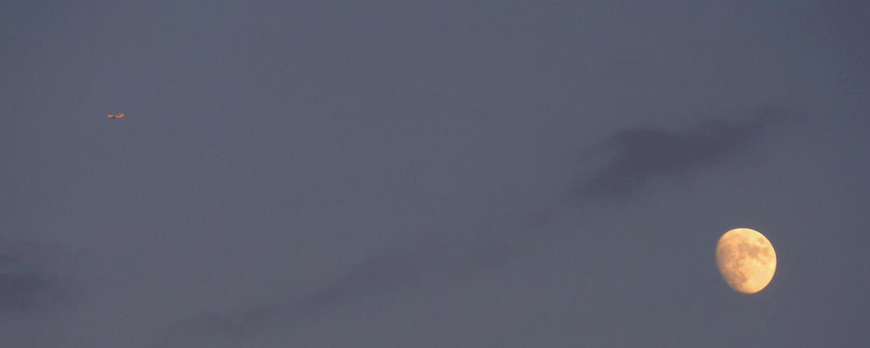 Flieger mit Mond