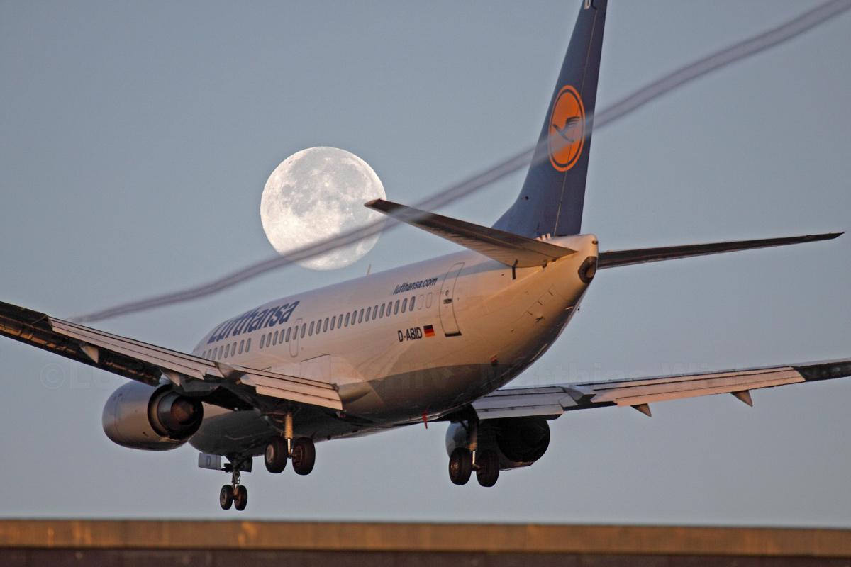 Flieger, Mond und Kondensstreifen - Lufthansa Boeing 737-300 morgens über'm Kutschi