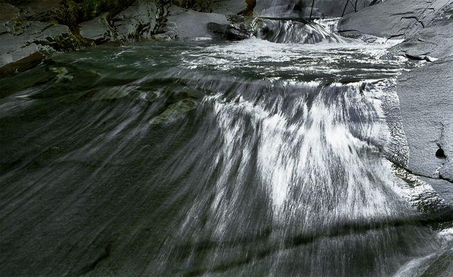 Fliessendes Wasser im Gegenlicht