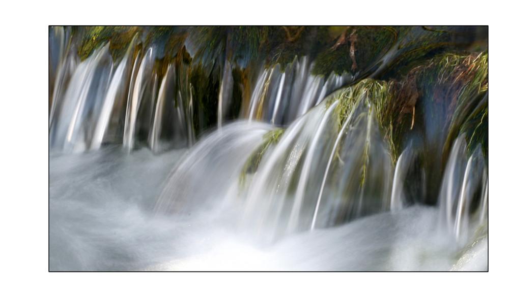 Fließendes Wasser im Winter