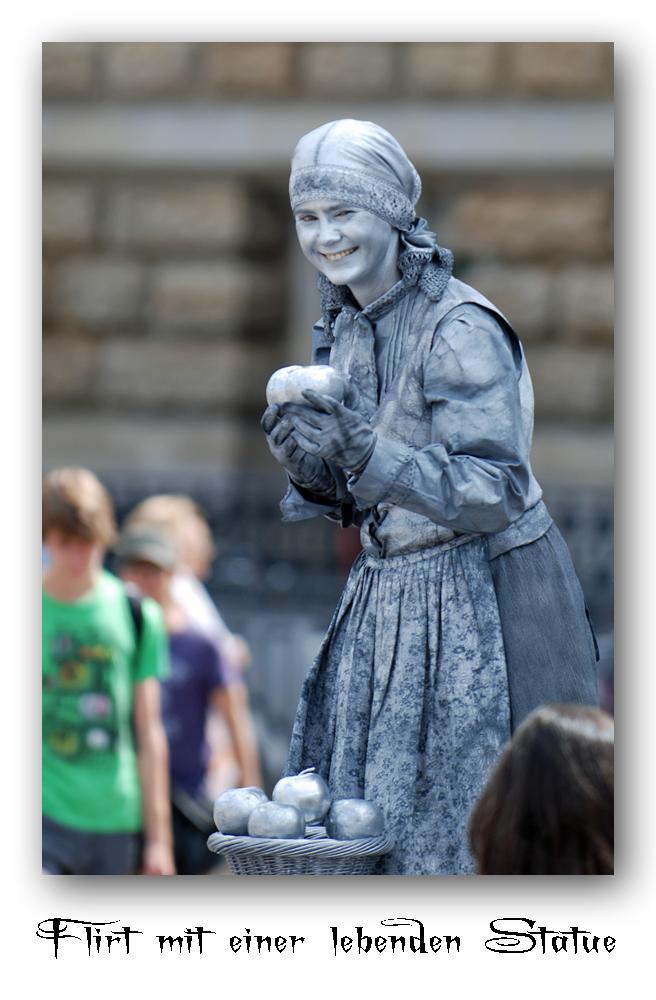 Flirt mit einer lebenden Statue