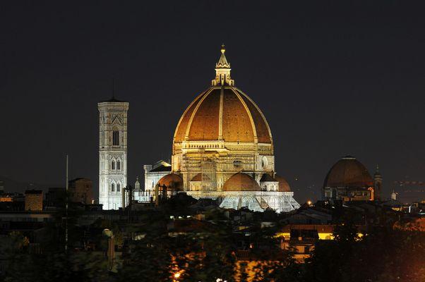 Florenz Blick auf den Dom über den Dächern bei Nacht