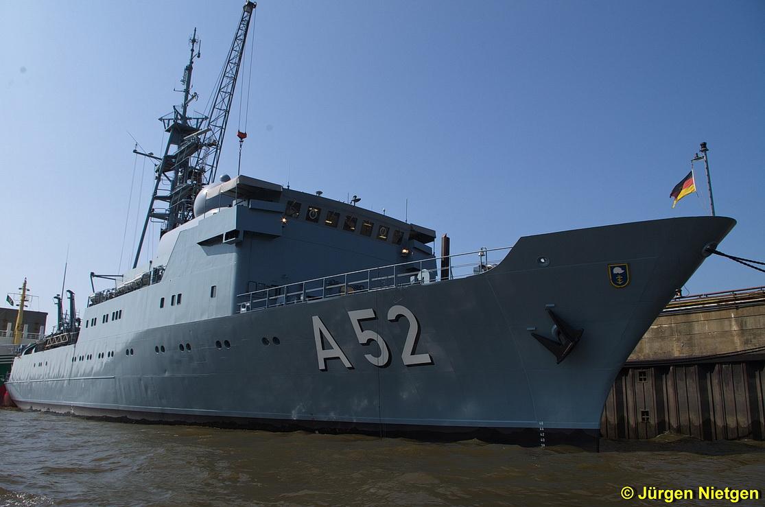 Flottendienstboot Oste (A52) der Deutschen Marine im Hamburger Hafen vor Anker