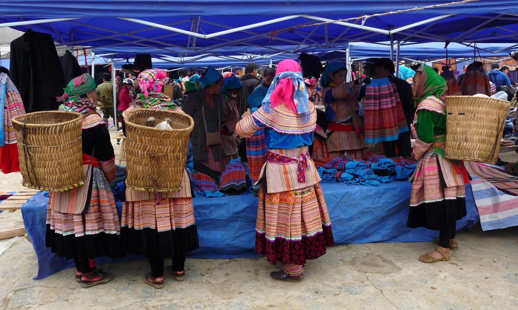 Flower Hmongs mit Körben