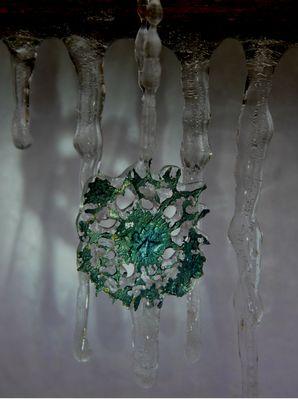 Flüssigstahltropfen vom Eis verzaubert