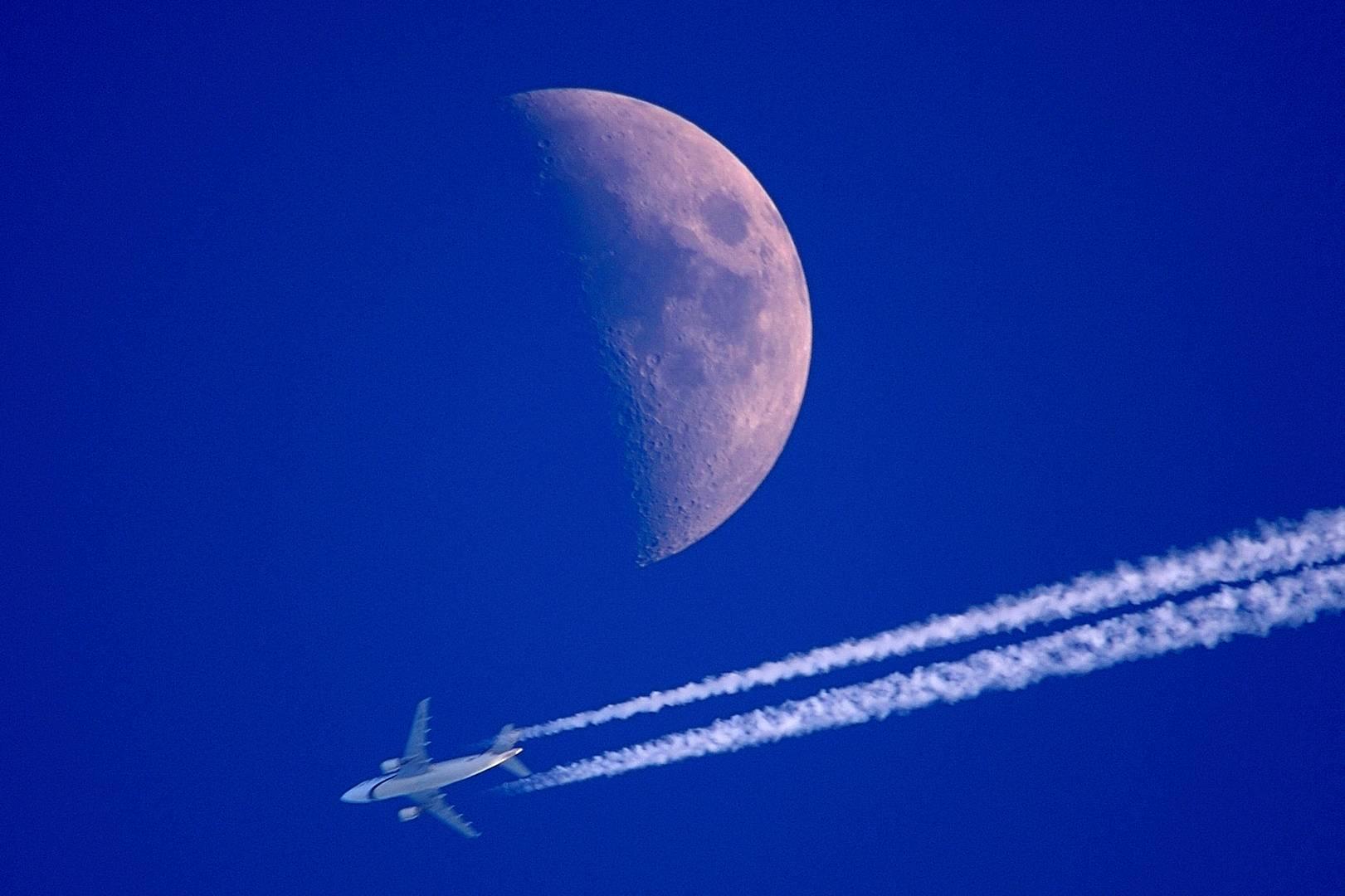 Flug am Mond vorbei