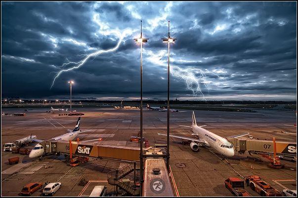 < Flughafen Hamburg >