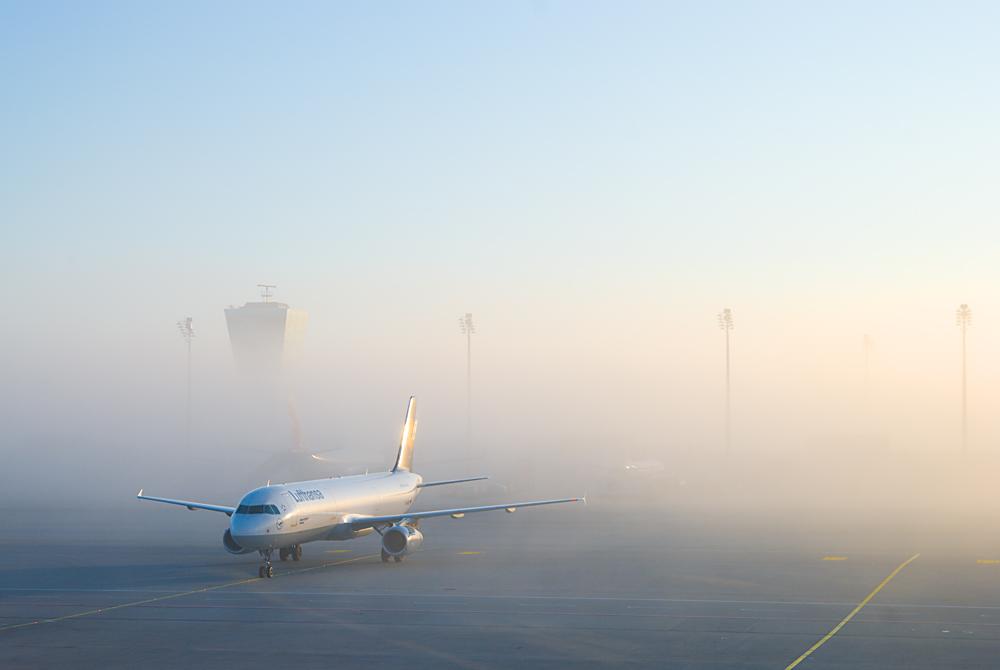 Flughafen München erwacht im morgentlichem Nebel