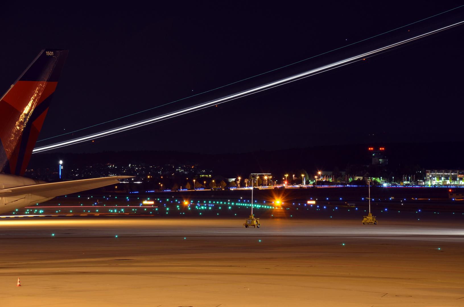 Flughafen-Vorfeld in Stuttgart bei Nacht 2