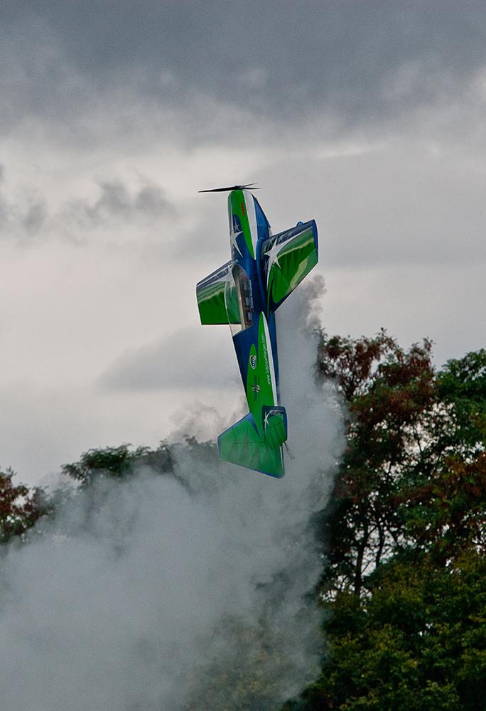 Flugvorführung mit einem Modellflugzeug