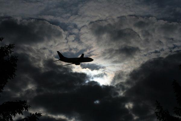 """Flugzeug fliegt ins """"Gewitter"""""""