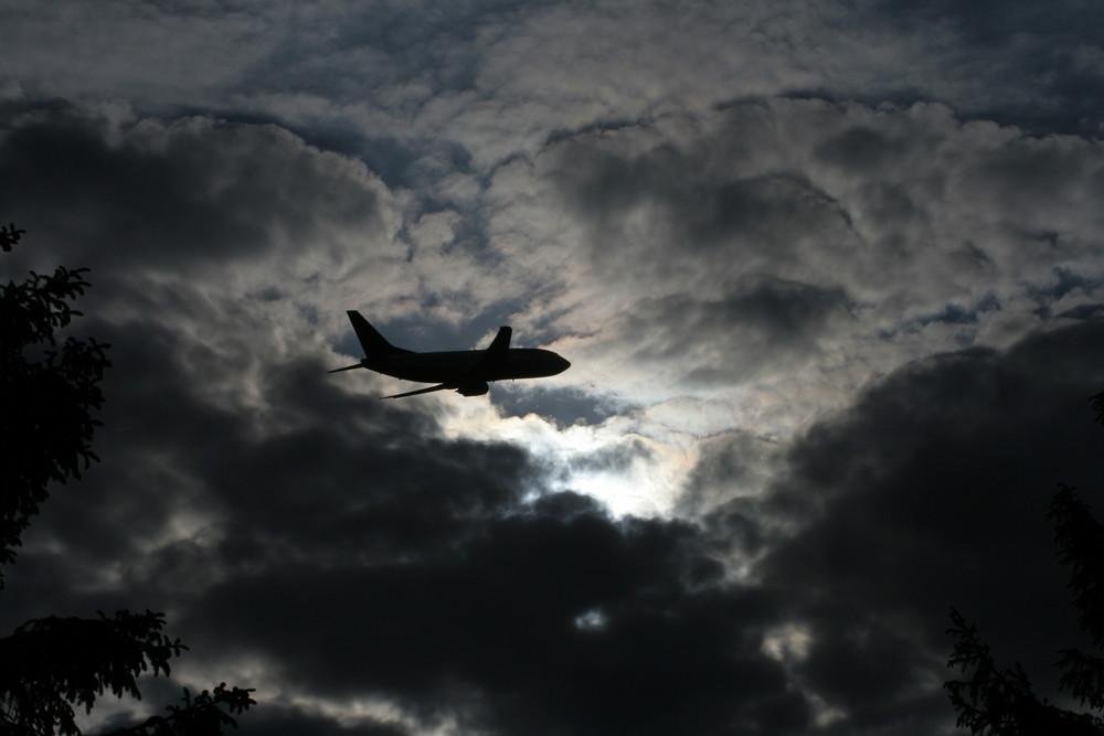 Zelt Mit Ins Flugzeug : Flugzeug fliegt ins quot gewitter foto bild quatsch fun