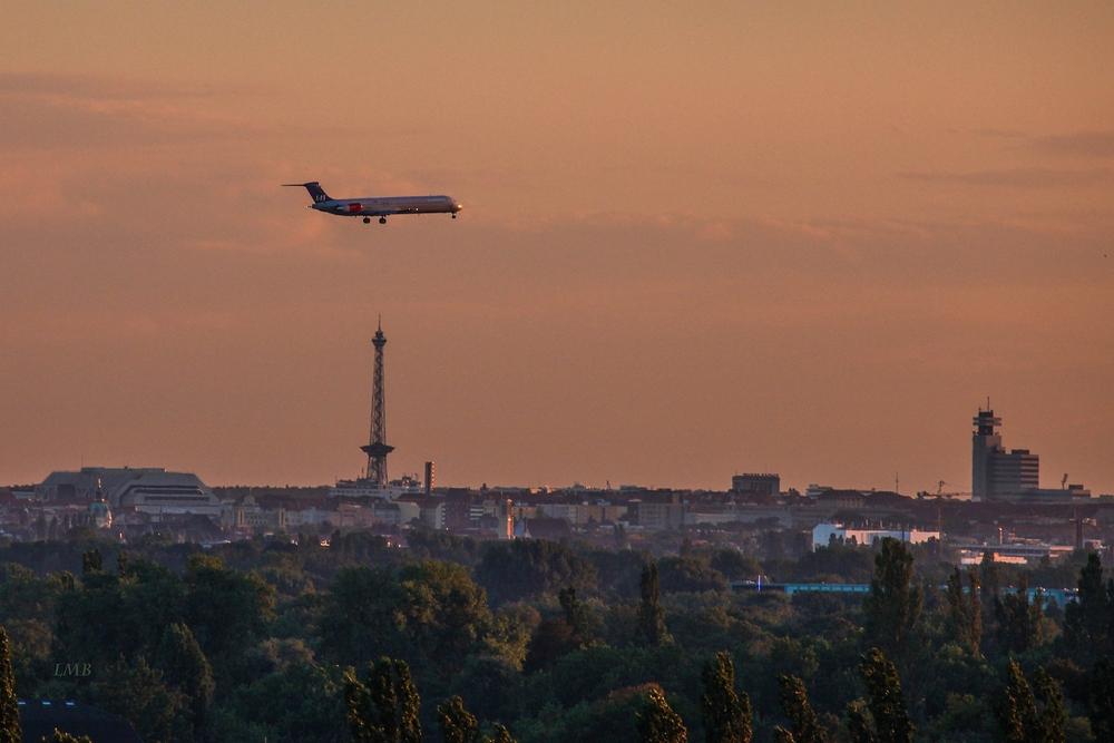 Flugzeug über Funkturm