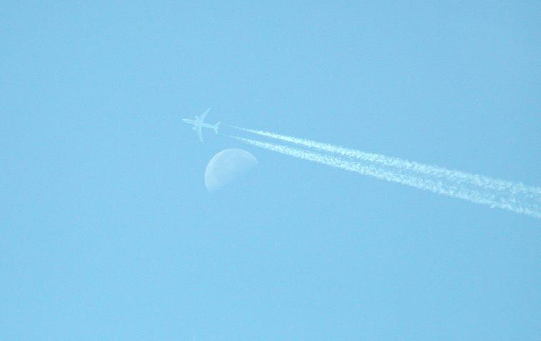 Flugzeug und Mond (mein erstes fc-Foto am 04.01.2004)