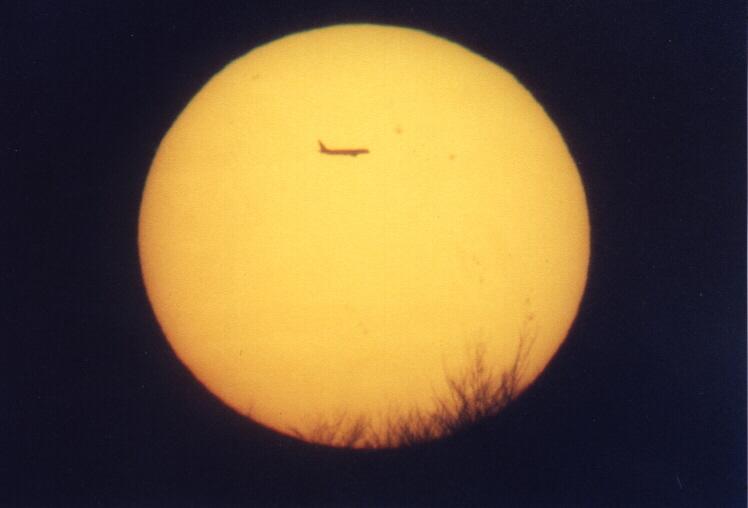 Flugzeug vor untergehender Sonne