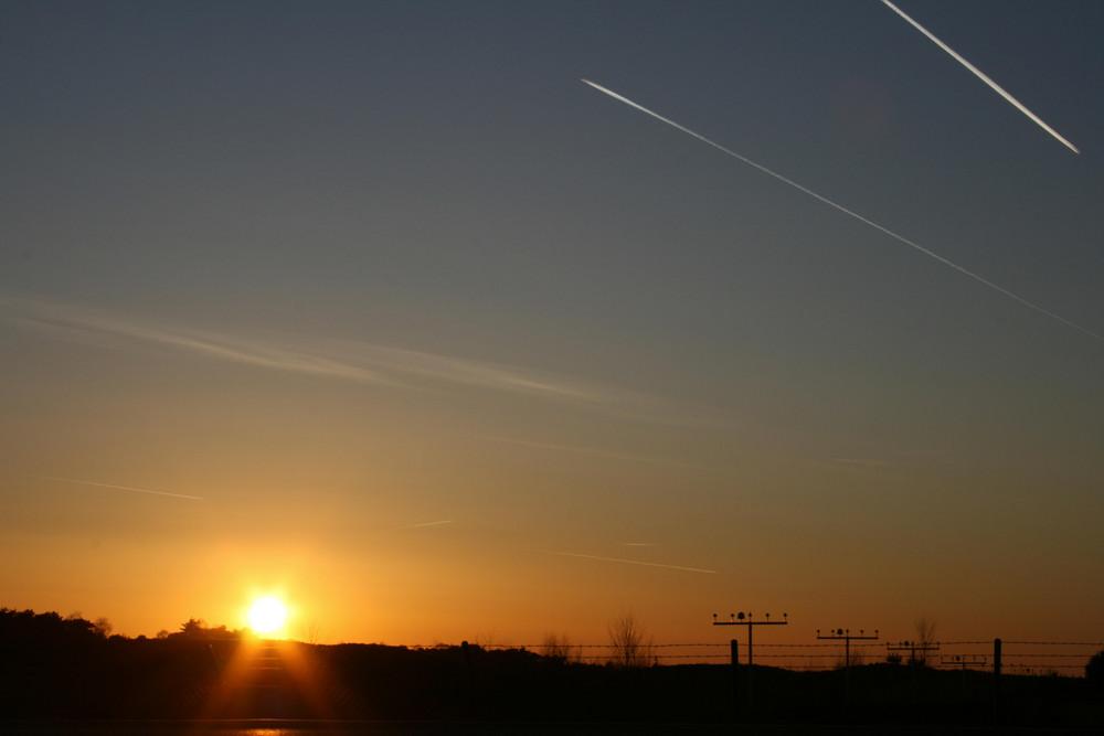 Flugzeuge überm Flugplatz