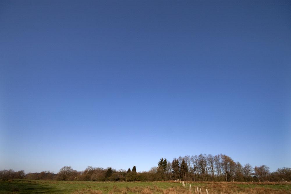 flugzeugfreier blauer Himmel