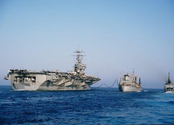 "Flugzeugträger USS ""EISENHOWER"" beim Versorgungsmanöver"