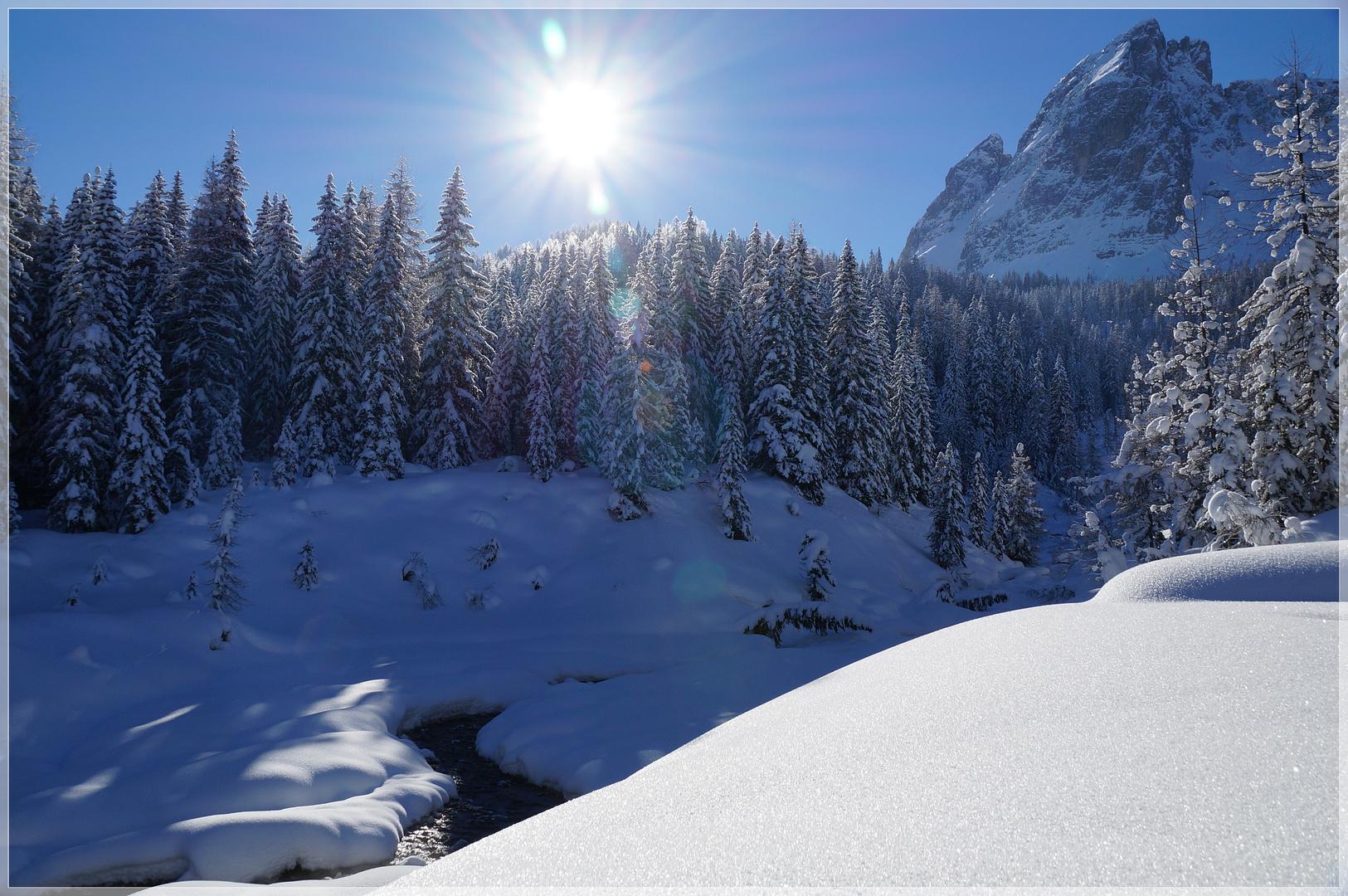 Fluss im Schnee