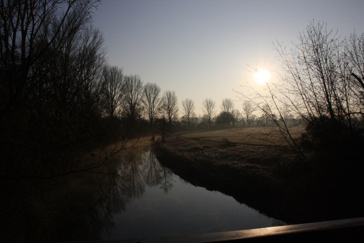 Fluss in der Morgensonne