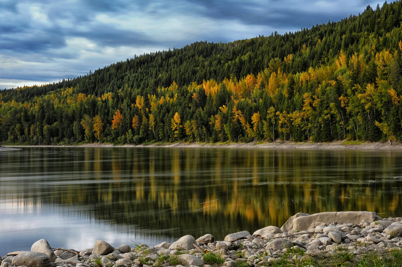 Fluss in Herbst