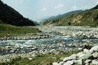 Flussbett unterhalb des Staudamms