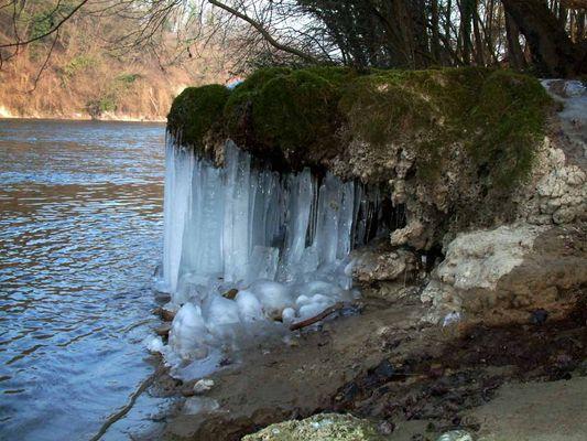 Flusslandschaft im Winter