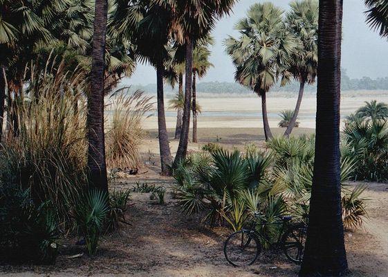Flusslandschaft mit Fahrrad