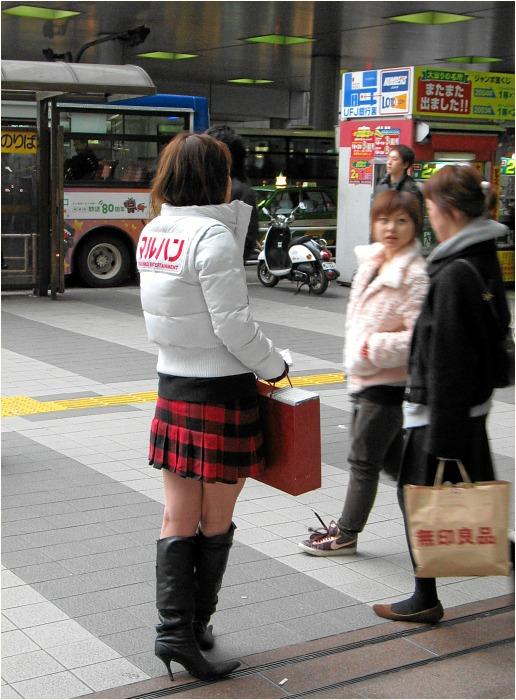 Flyerverteilerin auf japanisch
