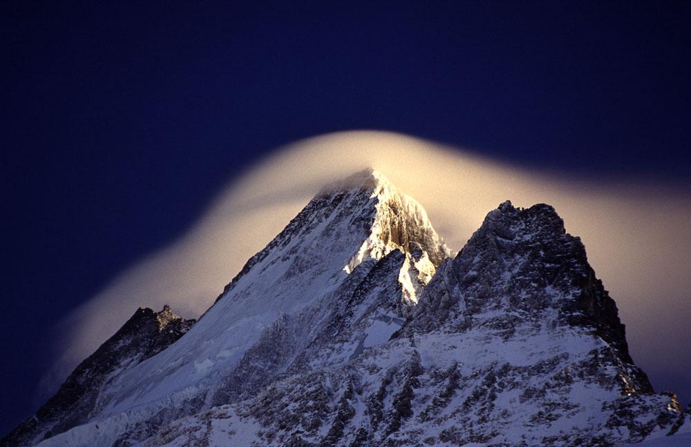 Föhnwolke über dem Schreckhorn von Heinz Schelb