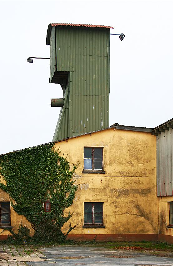 Förderturm der Tonbergbau-Grube Anton in Berod bei Wallmerod