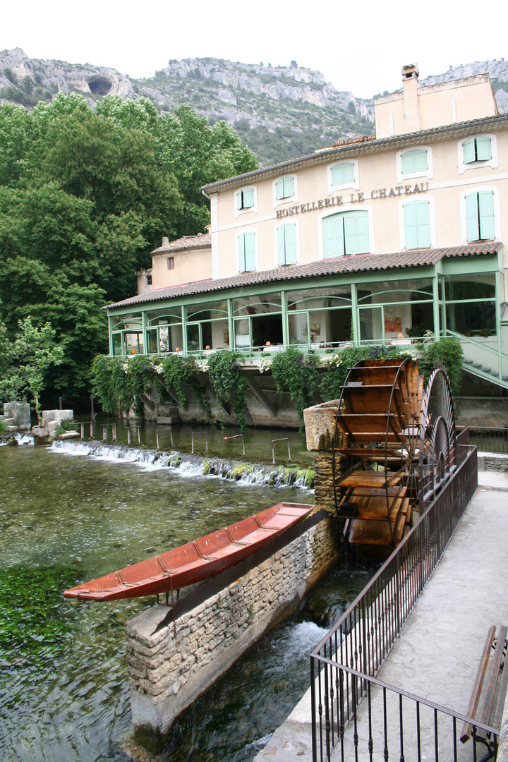 Fontaine de Vaucluse 2-(Provence) Blick stromaufwärts von der Brücke 05-2007