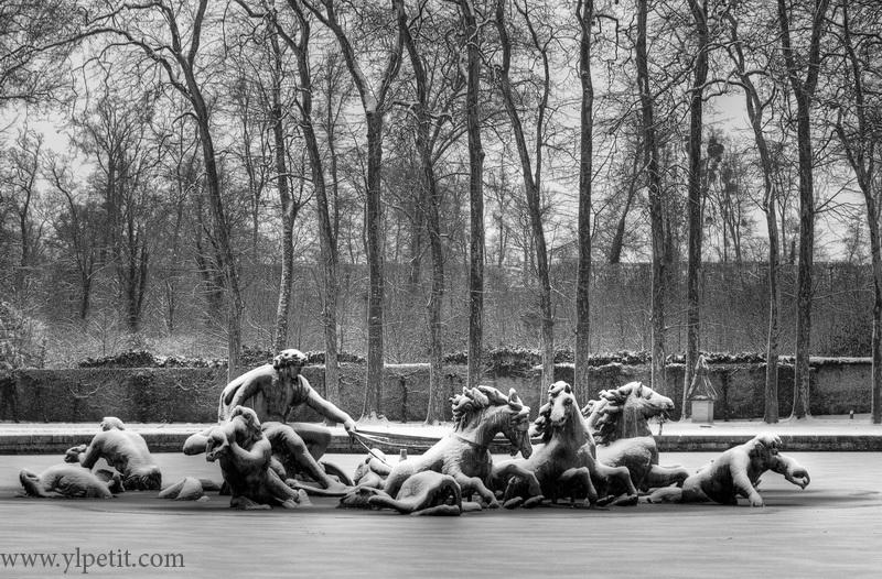 Fontaine sous la neige dans les jardins du chateau de Versailles