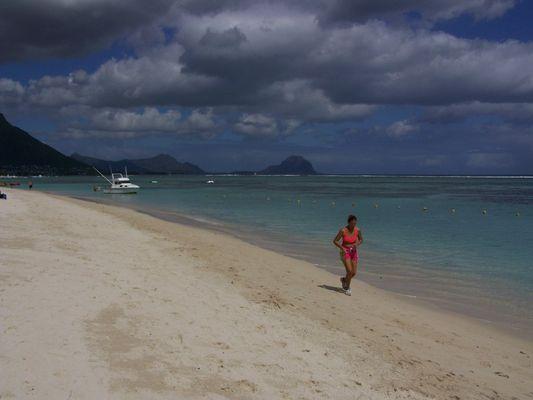 Footing sur la plage de Flic-en-Flac - ile Maurice