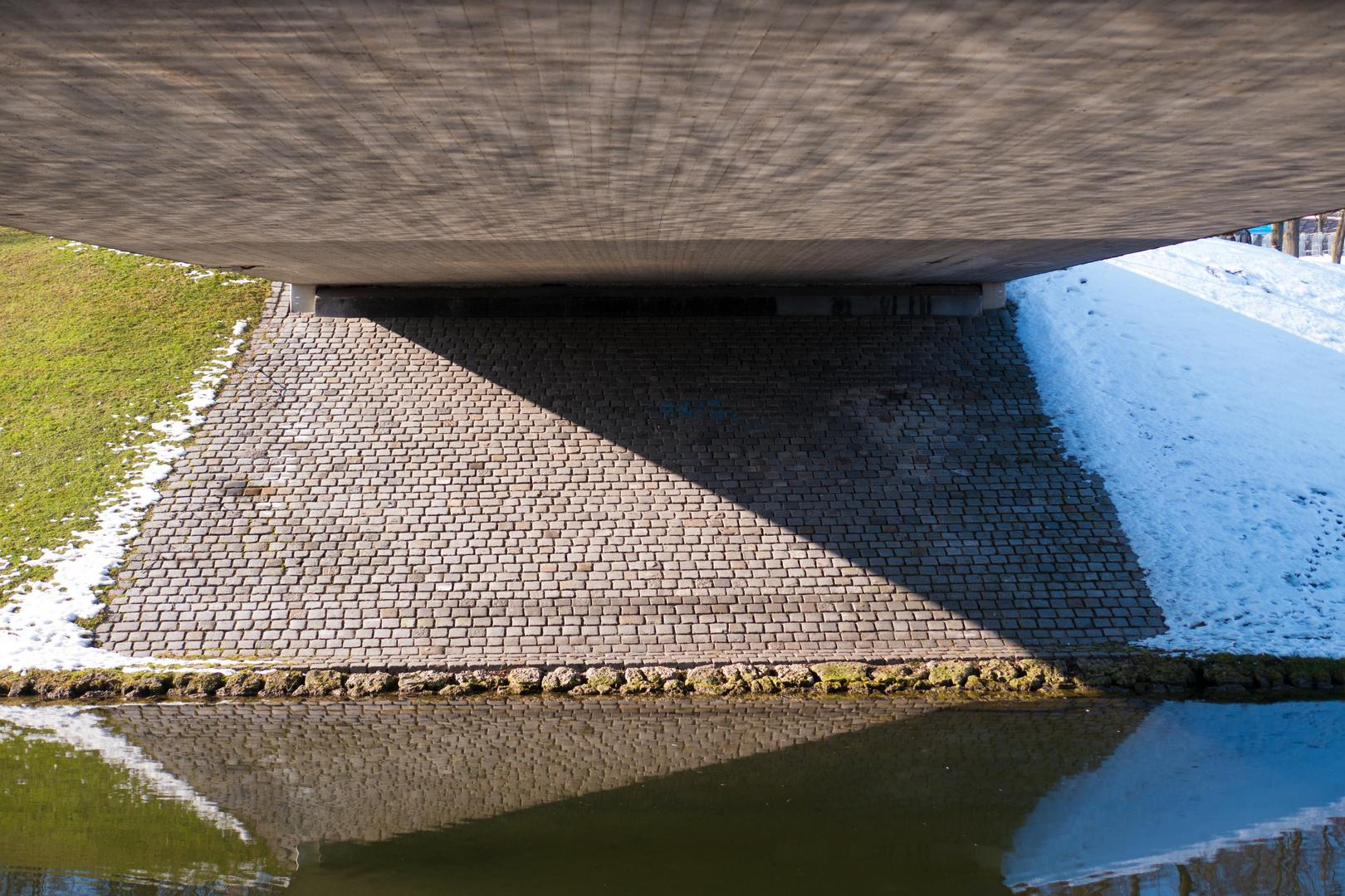 Formen unter der Brücke