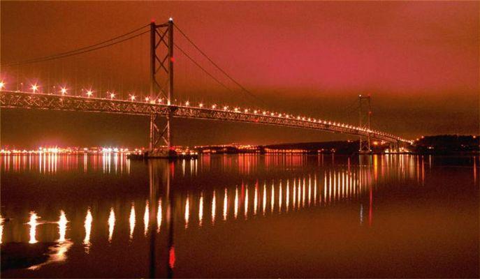 Forth Road Bridge bei Edinburgh