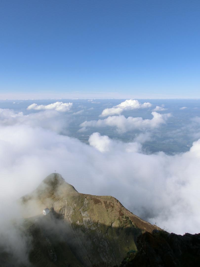 Fortsetzung-- Kleine Bergkirche versinkt im Nebel-- Blick vom Pilatus Schweiz 2012