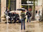 Foto di gruppo sotto la pioggia