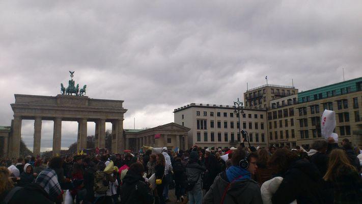 Foto: Künstler Mané Wunderlich - Brandenburger Tor - Kissenschlacht - Berlin Flashmob