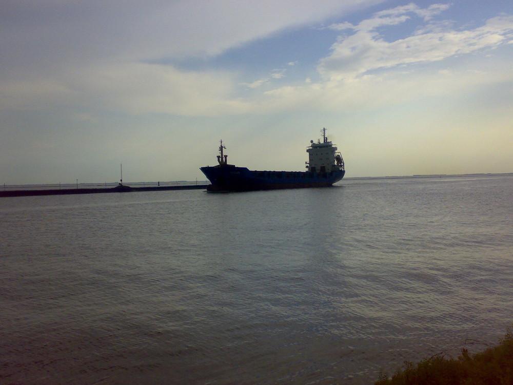 Frachter am Emdener Außenhafen