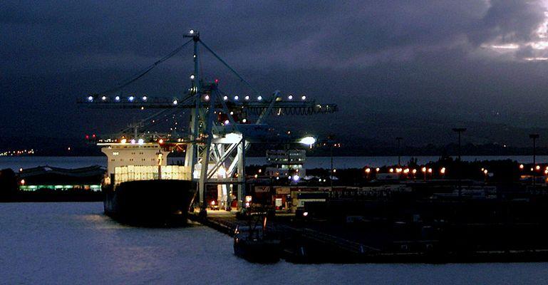 Frachter im Hafen von Point á Pître / Guadeloupe